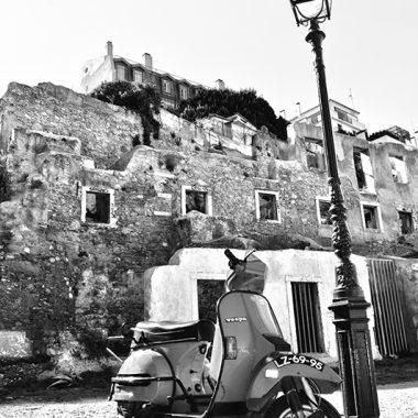 Vespa en Alfama. Lisboa. Portugal. - Yermanasca Due