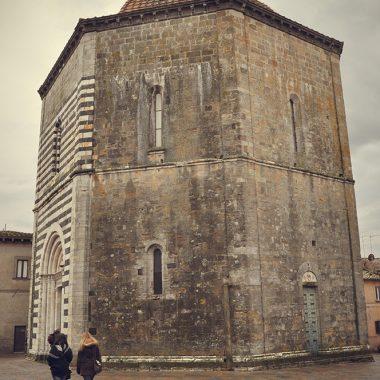 Baptisterio. Volterra. Toscana. Italia. - Yermanasca Due